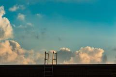 Взберитесь лестница к облакам и голубому небу стоковая фотография