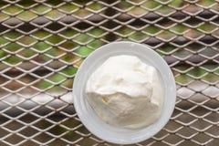 Взбивая сливк в белой чашке на таблице металла Стоковое Изображение RF