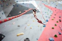 Взбираться Болт безопасности продел нитку веревочку с штуцером Стена гранита Стоковые Изображения