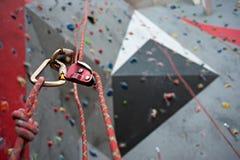 Взбираться Болт безопасности продел нитку веревочку с штуцером Стена гранита Стоковые Изображения RF