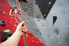Взбираться Болт безопасности продел нитку веревочку с штуцером Стена гранита Стоковая Фотография RF
