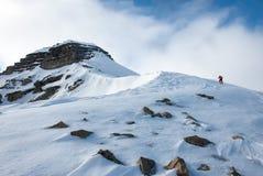 Взбираться вверх гора Pyramida в русском город-привидении Pyramiden в архипелаге Свальбарда в высокой арктике стоковые фотографии rf