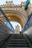 Взбираться вверх лестницы к мосту башни Стоковое Изображение
