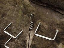 Взбираться и irone лестницы переплели веревочку, путь альпиниста на горе через ferrata Стоковые Фото