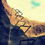 Взбираться и irone лестницы переплели веревочку, путь альпиниста на горе через ferrata Стоковая Фотография RF