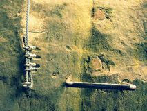 Взбираться и irone лестницы переплели веревочку, путь альпиниста на горе через ferrata Стоковые Изображения RF