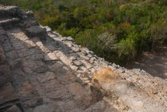 Взбирающся к верхней части большой пирамиды Coba Nohuch Mul самая популярная работа туристов Вверх узкая часть 120 и ste Стоковые Изображения RF