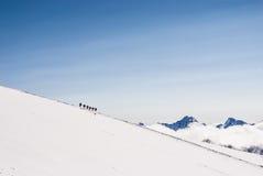 Взбираясь альпинисты на снежной верхней части горы Стоковая Фотография RF