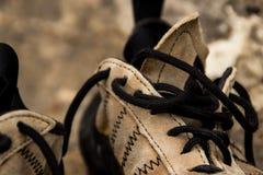 Взбираясь ботинки вы бросаете с кожей стоковое изображение rf