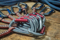 Взбираясь веревочка и оборудование на деревянных досках Стоковые Фото