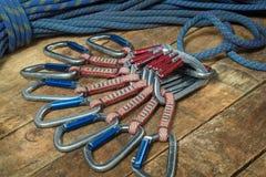 Взбираясь веревочка и оборудование на деревянных досках Стоковые Изображения