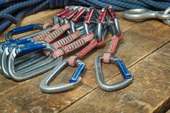 Взбираясь веревочка и оборудование на деревянных досках Стоковые Изображения RF