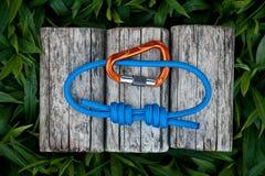 Взбираясь веревочка на естественной предпосылке Стоковое Фото