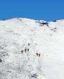 взбираясь горная цепь к зиме Стоковые Изображения RF
