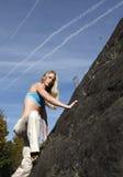 взбираясь женщина стены утеса стоковое фото rf