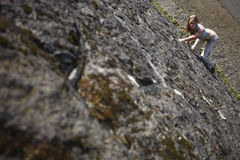 взбираясь женщина стены утеса Стоковая Фотография RF