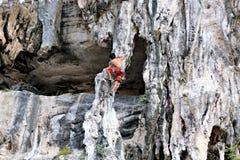 Взбираясь женщина Таиланд TonSai человека приставает спорт к берегу крайности утеса скалы стоковое изображение