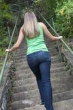 взбираясь женщина шагов Стоковые Изображения RF