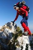 взбираясь женщины Румынии утеса mountaineering стоковое фото rf