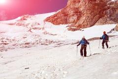 Взбираясь партнеры идя вниз на ледник Стоковые Фотографии RF