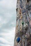 Взбираясь стена с веревочками и крепежными деталями против бурного неба Стоковое Изображение RF