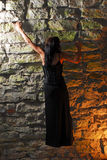 взбираясь стена goth девушки Стоковая Фотография RF
