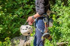 взбираясь утес узлов ropes 2 Конец-вверх альпиниста в работая обмундировании весьма спорт Стоковые Фотографии RF