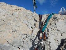 Взбираясь шестерня на известняке Кипра Стоковое фото RF