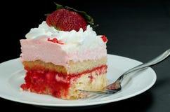 взбитая клубника ломтика торта cream розовая Стоковые Изображения RF