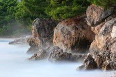взбитые волны скалы Стоковые Изображения
