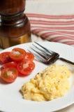 Взбитые яйца и halfs томата Стоковое Изображение