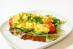 Взбитые яйца на хлебе рож стоковое изображение rf