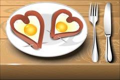 Взбитые яйца с сосиской в сердце формируют Стоковое Фото