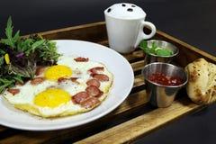Взбитые яйца с соусом и кофе Стоковое фото RF