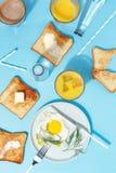 Взбитые яйца, умасленные тосты и напитки на голубой таблице Взгляд сверху завтрака стоковые изображения