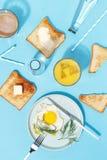 Взбитые яйца, умасленные тосты и напитки на голубой таблице Взгляд сверху завтрака стоковая фотография