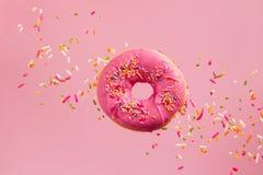 Взбрызнутый розовый донут стоковые изображения