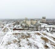 Взбрызнутый с лифтом зерна снега Взгляд зимы старого советского лифта Взгляд зимы от взгляда глаза птицы деревни Стоковое фото RF