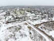 Взбрызнутый с лифтом зерна снега Взгляд зимы старого советского лифта Взгляд зимы от взгляда глаза птицы деревни Стоковые Фото
