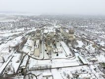 Взбрызнутый с лифтом зерна снега Взгляд зимы старого советского лифта Взгляд зимы от взгляда глаза птицы деревни Стоковое Изображение RF