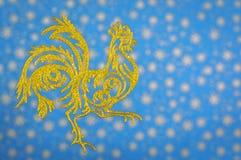 Взведите курок на предпосылке запачканной синью, символе Нового Года Стоковое фото RF