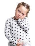 взволнованности Маленькая девочка держа дальше к ее стороне и животу Предпосылка изолированная белизной Стоковое фото RF