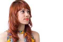 Взгляды девушки, который относят к стороне Космос для текста Молодой redhead Стоковое Изображение RF