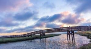 Взгляды захода солнца скрещивания footbridge солят пруд испарения в охраняемой природной территории соотечественника Дон Edwards  Стоковая Фотография RF