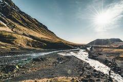 Взгляды Исландии фантастические ландшафта с рекой и горой с голубым небом на солнечный день стоковые изображения rf