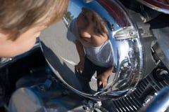 взгляды мальчика bike Стоковая Фотография RF
