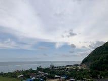 Взгляды моря увиденные от вершины холма стоковая фотография