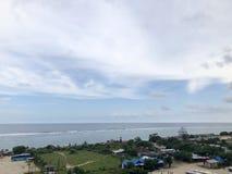 Взгляды моря увиденные от вершины холма стоковое изображение
