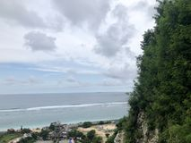 Взгляды моря увиденные от вершины холма стоковые фото