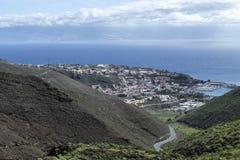 Взгляды над вулканическими горами Ла Gomera, San Sebastian на океане стоковая фотография